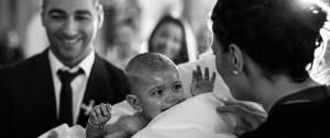 Taufe Fotograf Baby blickt zur Mutter bei der Taufe in der griechisch orthodoxen Kirche in Mühlacker - Euripidis Photography