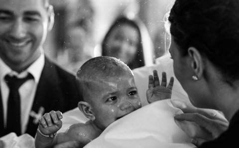 Baby blickt zur Mutter bei der Taufe in der griechisch orthodoxen Kirche in Mühlacker - Euripidis Photography