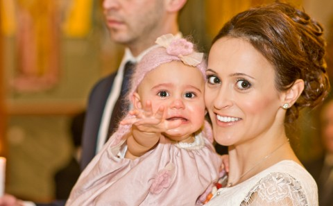 Mutter und Kind bei der Taufe in der griechisch orthodoxen Kirche in Esslingen